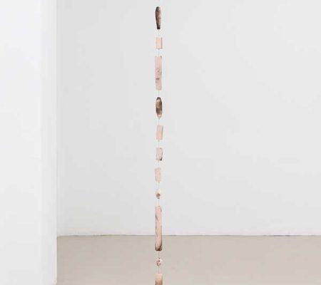 """Rometti Costales, """"is only a half-hour walk away"""", 2018, 13 pièces en céramique raku-yaki, montées sur cable, 220 cm Ø 5 cm"""