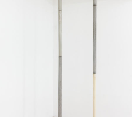 """Rometti Costales, """"hunting implements and cigars - IV - V - VI"""", 2018, cire et ciment, 320 cm Ø 7,16 cm"""