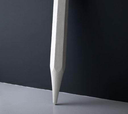 """Atelier Van Lieshout, """"Centerpunt"""", 2014, résine acrylique, 280 x 29 x 29 cm"""