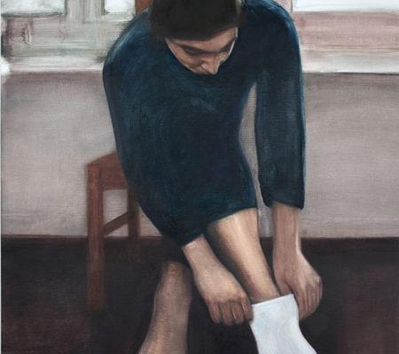 """Nathanaëlle Herbelin, """"Éléné qui met sa chaussette"""", 2017, huile sur toile, 90 x 64 cm"""