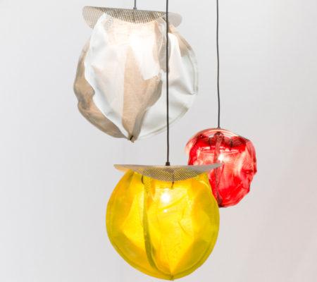 """Florence Doléac, """"Satellite's dream II"""", 2014, textile batiline, anneau de polystyrène, colzons, tige d'aluminum recuit, ampoule claire, douille E27 à vis, fils rond noir, 30 à 80 cm de hauteur"""