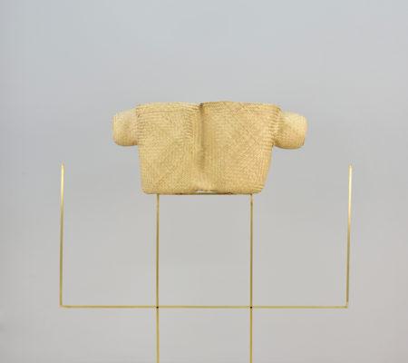 """Seulgi Lee, """"W / Jeune fille bien coiffée, W / Sa la kwa shunga lachju itzie ske"""", 2017, coeur de palme, laiton, 30,5 x 67 x 20,5 cm - socle 80 x 100 cm"""