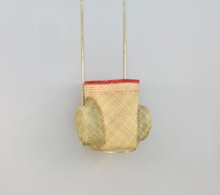 """Seulgi Lee, """"W / Manger l'oeuf, W / Sa kuane ratue"""", 2017, coeur de palme, laiton, 47 x 50 x 37 cm - socle 130 x 33 cm"""