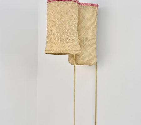 """Seulgi Lee, """"W / Ici et là les chevaux roses hennissent ; W / Li caju la sa ushi rosa batzechi"""", 2017, coeur de palme, laiton, 53,5 x 56 x 25 cm - socle 70 x 58 cm"""