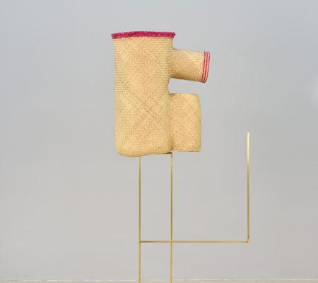 "Seulgi Lee, ""W / Le fou a un nez cassé bleu (vert), W/ Sa la si tundu tzude chitjiu juwa"", 2017, coeur de palme, laiton, 52 x 45 x 26 cm - socle 89 x 87 cm"