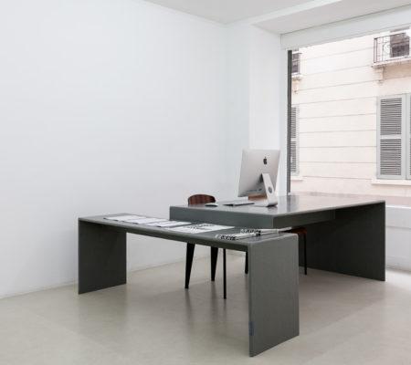 """Atelier Van Lieshout, """"Bureau"""", 1990, bois, résine polyester, couleur gris glacé, 180 x 230 x 75 cm"""