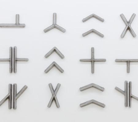 Jennifer Caubet, Script,2018 fonte au sable d'aluminium 18 éléments - 138 x 100 x 3 cm