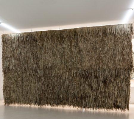 """Rometti Costales, """"Mur de pluie"""", 2016, feuilles de palmes tressées, structure en acier,250 x 420 cm"""